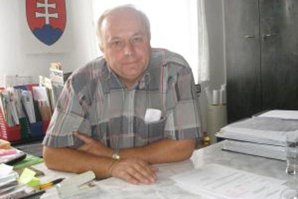 Podľa starostu Antona Zimu sa dajú finančné suchoty prežiť, ak má obec ušetrené peniaze.