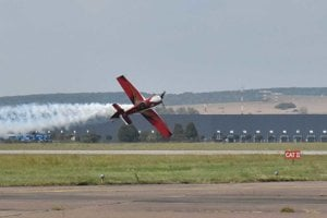 Zoltán Veres pri svojom prvom účinkovaní v Košiciach ukázal, že svoje akrobatické lietadlo MXS dokonale ovláda  - predviedol aj tzv. nožový let nad dráhou košického medzinárodného letiska.