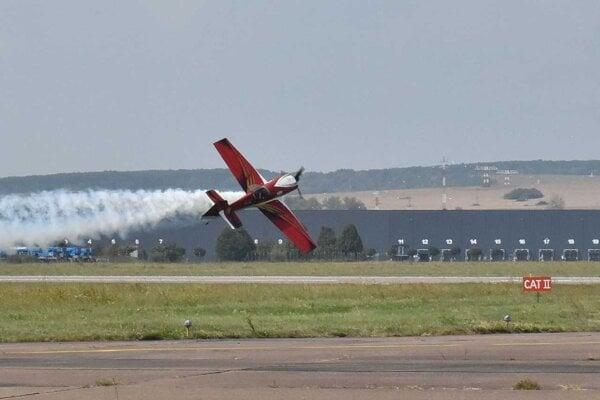 Zoltán Veres s akrobatickým lietadlom MXS.