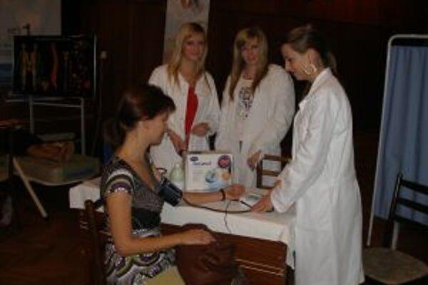 Študentky pripravujúce sa na povolanie zdravotníckej asistentky zisťovali ľuďom tlak.