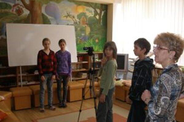 Pred kamerou stáli Lucia Káčeríková a Janka Mokráňová, za ňou Jakub Krajčík, Adam Mikuda a učiteľka Daniela Vystrčilová.