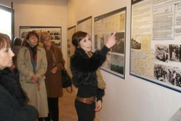 Odborný výklad k výstave predniesli gymnazistky.