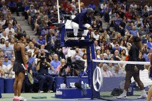 Serena Williamsová v hádke s rozhodcom počas finále US Open 2018.