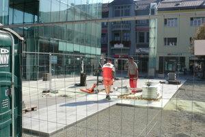 Oprava dlažby na Divadelnom námestí v Martine. Hotovo má byť do polovice októbra.