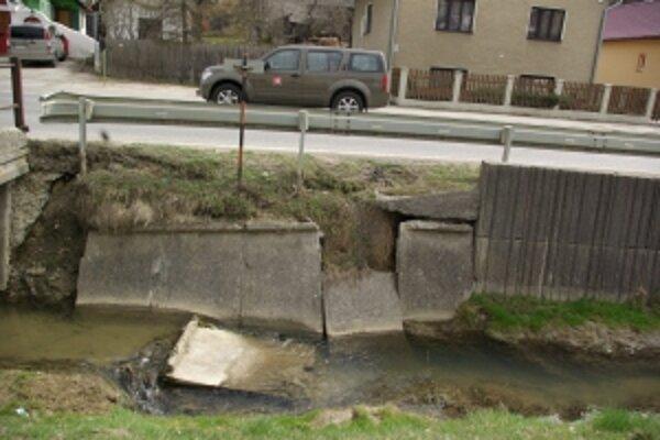 Opravy sa aj napriek opakovaným požiadavkám oporný múr pod hlavnou cestou nedočkal.
