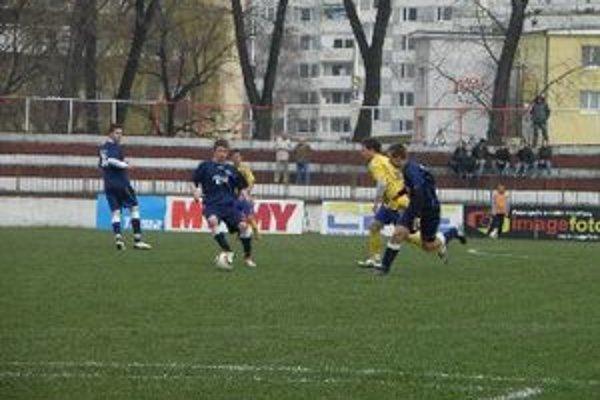 Róbert Gešnábel (s loptou) strelil v zápase dva góly.