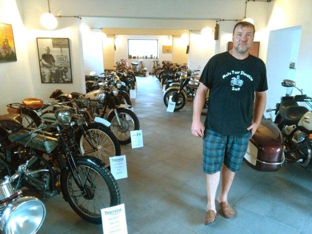Ján Krnáč so svojou zbierkou motocyklov.