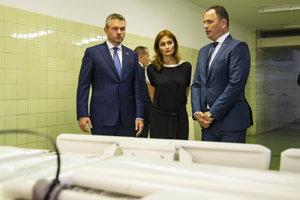 Na snímke zľava predseda vlády SR Peter Pellegrini, ministerka zdravotníctva SR Andrea Kalavská a generálny riaditeľ Univerzitnej nemocnice v Bratislave (UNB) Juraj Kovács.