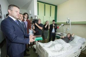 Zľava: Predseda vlády SR Peter Pellegrini a generálny riaditeľ Univerzitnej nemocnice Bratislava Juraj Kovács počas návštevy Univerzitnej nemocnice sv. Cyrila a Metoda v Petržalke.
