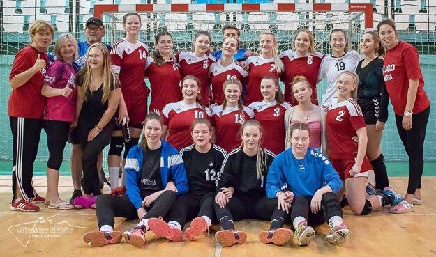 Mladšie dorastenky UDHK Nitra sa v máji tešili z majstrovského titulu. Andrea nastupovala pravidelne, hoci bola vekom len staršia žiačka.