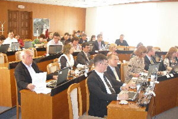 Počas zasadnutia poslanci prerokovali päťdesiat bodov programu.