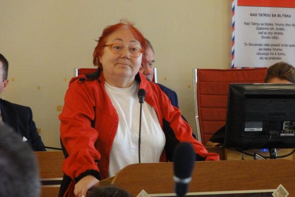 Riaditeľka osvetového strediska Marta Šimo-Svrčeková vystupuje pred poslancami. Po jej vystúpení ju odvolali z funkcie. Teraz sa čaká, či odvolanie župan Belica podpíše.