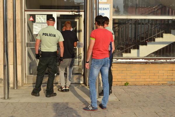 Dvadsaťročný páchateľ sa postavil v sobotu pred sudcu.