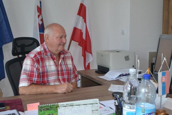 Primátor Pavel Gavalec je proti zvozu komunálneho odpadu z celého kraja do Poltárskeho okresu. Potvrdil, že pozemky, na ktorých chce firma SPV Dálovce spaľovňu stavať, nepatria mestu.