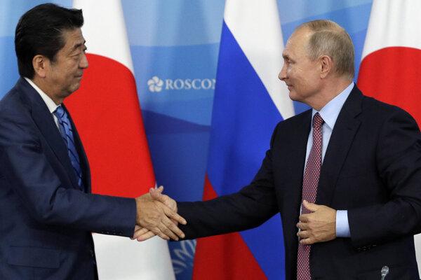Japonský premiér Šinzó Abe (vľavo) s ruským prezidentom Vladimirom Putinom.