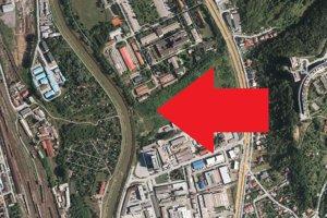 Suť zo širšieho centra mesta putovala na súkromné pozemky (označené šípkou), vzdialené asi 50 metrov od koryta rieky Hornád. Táto ortofotomapa je z roku 2015, súčasný stav tam teda ešte nevidno.