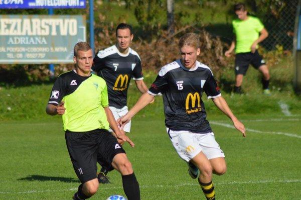 Zľava Lukáš Piterka z Jacoviec a Eduard Moravčík, vzadu Martin Dudáš, autor dvoch gólov.