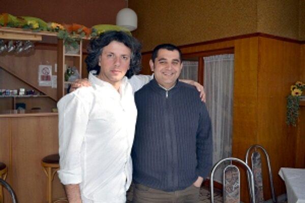 Gianluca (vľavo) strávil dve noci v teplúčku v Bolešove vďaka starostovi.