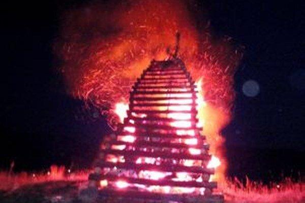 Hasiči dorazili k tejto vatre. Oznamovateľ im ohlásil, že nad Šútovom horí chata.