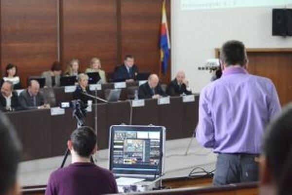 Okrem radnice si z rokovania mestského zastupiteľstva záznam robia aj médiá.