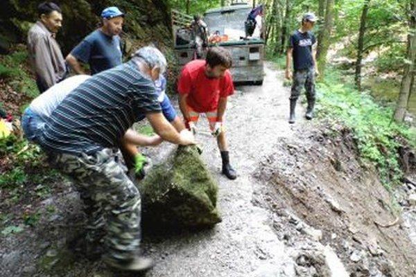 Chlapi spevňujú cestu, voda ju v niektorých miestach úplne podmyla.