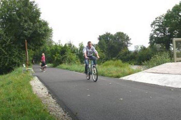 Nový chodník potešil i cyklistov.