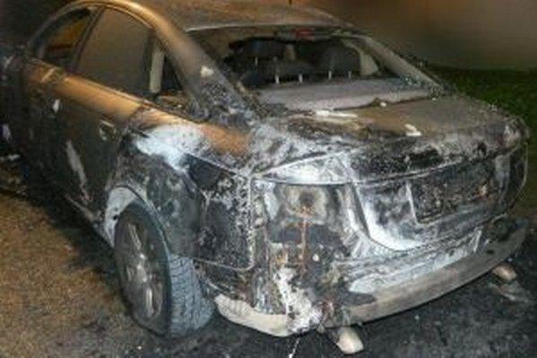 Na martinskej Ľadovni včera horelo auto.
