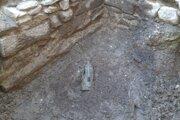 Archeológovia najskôr objavili rozbitú nádobu, potom si všimli jej zlatý obsah.