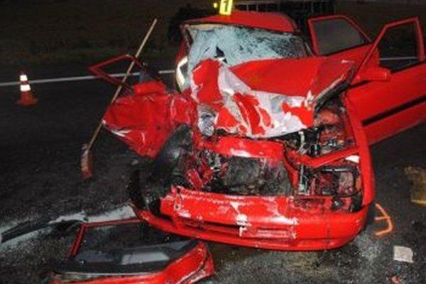 Po nehode ostalo auto Mazda úplne zdemolované.