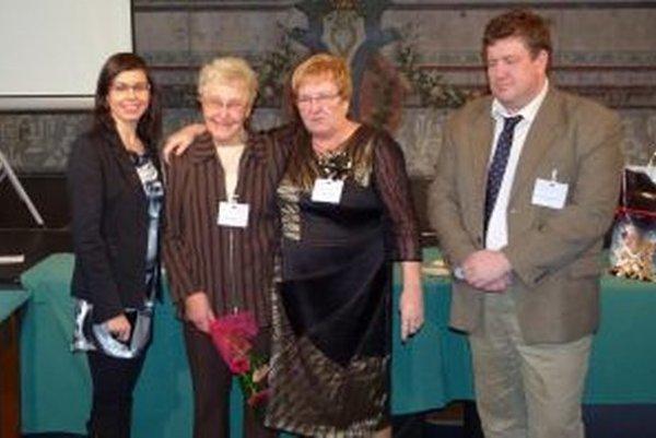 Viera Kršková (druhá zľava) zvíťazila v kategórií Kronika do tisíc obyvateľov.