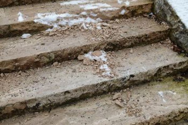 Materiál travertín, z ktorého sú schody zhotovené, nie je príliš vhodný do našej klímy.