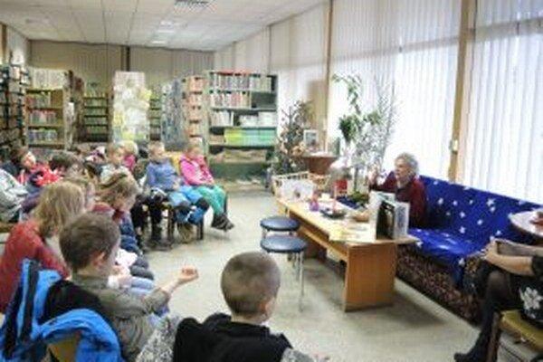 Deti seniorom pozorne načúvali.