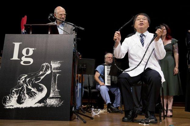 Vedec Akira Horiuči ukazuje svoju metódu, ktoru si urobil sám kolonoskopiu, vyšetrenie kamerou cez konečník.