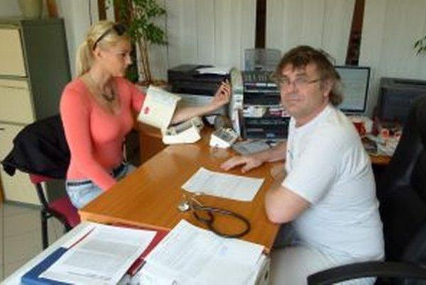 Internista Slavomír Šuch pravidelne meria pacientom tlak.
