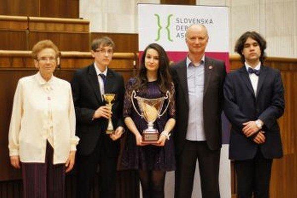 Zľava Judita Poliačiková – vedúca debatného krúžku, Slavomír Sovík, Anna Skuhrová, Igor Libo – riaditeľ školy a Dárius Čoreja.