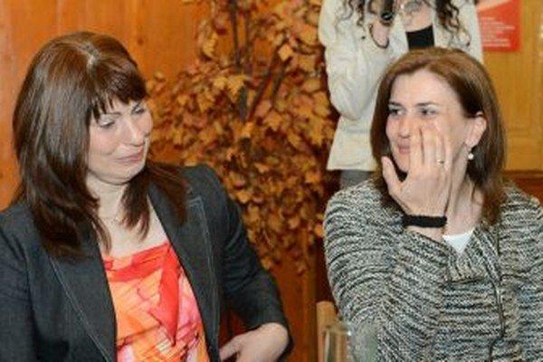 Zľava príjemkyňa obličky Alena Bagárová, vpravo darkyňa obličky Oľga Barbušová.