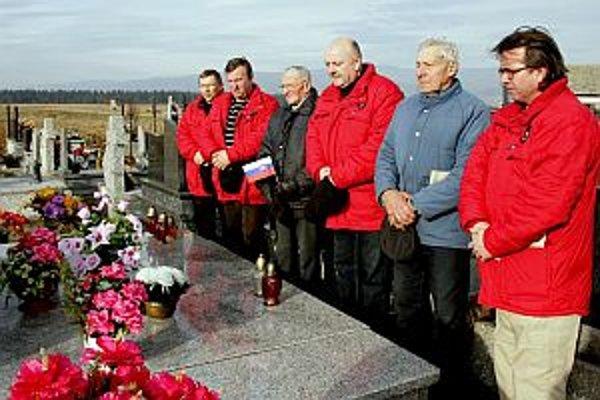 Kiapeškári z Malých Ledníc s miestnymi pamätníkmi pri hrobe štyroch martýrov.