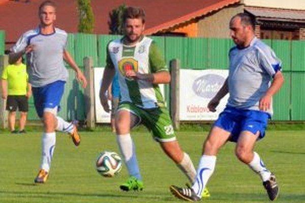 Michalovi Kačákovi (v zeleno-bielom drese) ide, Kľačanom dal tri góly.