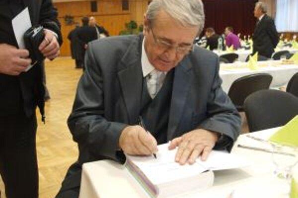 Pri podpise knihy.