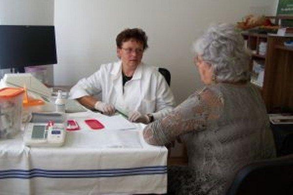 Ľudmila Lojková z Úradu verejného zdravotníctva po meraní cholesterolu klientky. Aj služby poradne zdravia sú súčasťou ponuky centra.