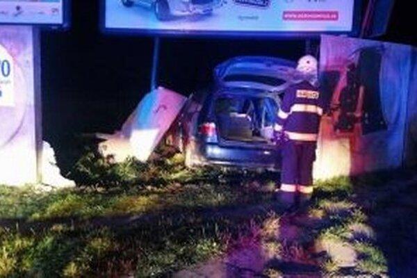 Posádka auta vyviazla s ľahkými zraneniami.
