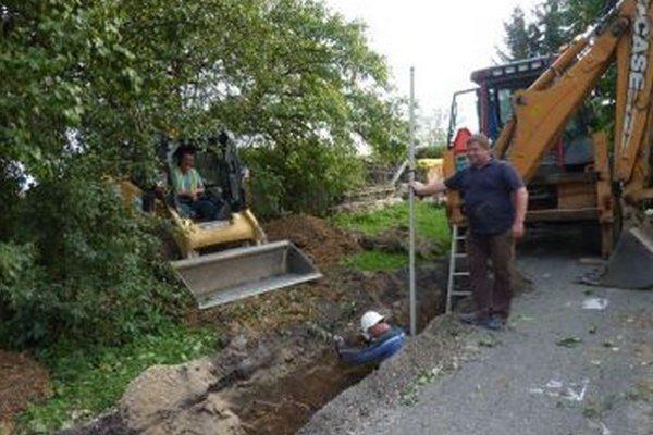 Výstavba kanalizácie v Rakove je v plnom prúde.