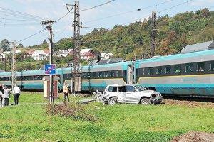 Pred poludním sa v Čadci, časť Horelica zrazil vlak Pendolino smerujúci do Žiliny s autom.