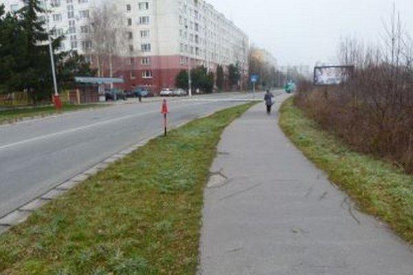 V Záturčí pozdĺž chodníka až k zastávke lampy chýbajú.