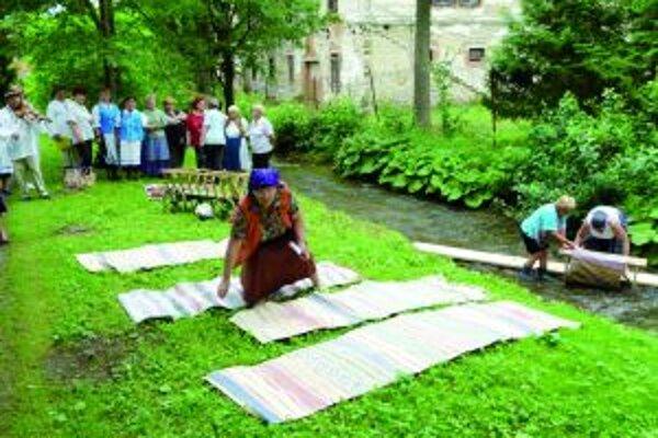 Za spevu súboru Sučianka išlo pranie žienkam od ruky.