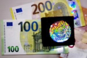 Zväčšené kópie bankoviek v hodnote 100 a 200 eur.