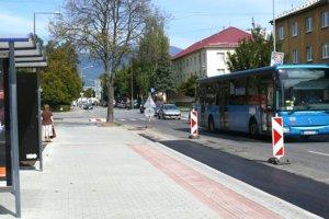 Na Ulici Ambra Pietra sa zrekonštruovala nástupná plocha aaj väčšia časť chodníka.