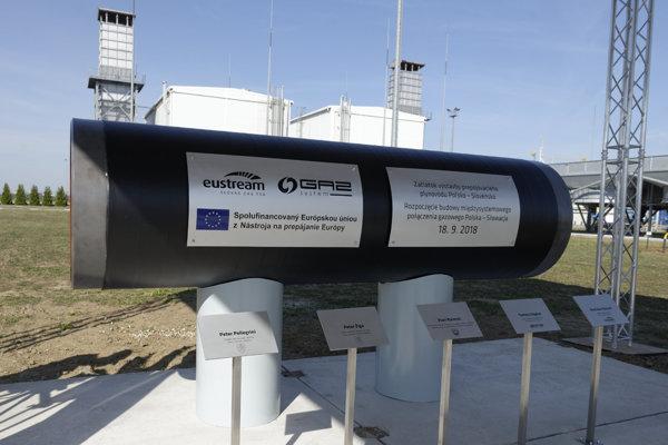 Symbolická rúra budúceho plynovodu počas slávnostného začatia výstavby Prepojovacieho plynovodu Poľsko - Slovensko v priestoroch kompresorovej stanice vo Veľkých Kapušanoch.