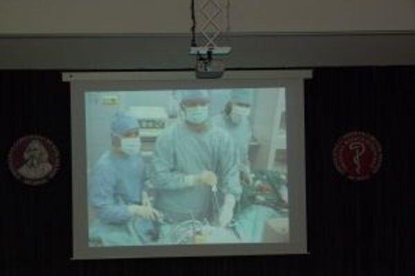Priamy prenos z operačnej sály martinskej nemocnice mohli návštevníci sledovať v aule fakulty.