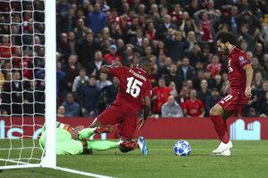 Mohamed Salah strieľa gól, ktorý napokon rozhodcovia neuznali.